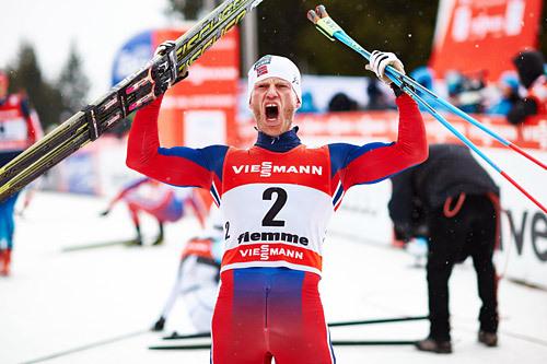 Martin Johnsrud Sundby jubler heftig på toppen av monsterbakken Alpe Cermis etter sammenlagtseieren i Tour de Ski 2015. Foto: Felgenhauer/NordicFocus.