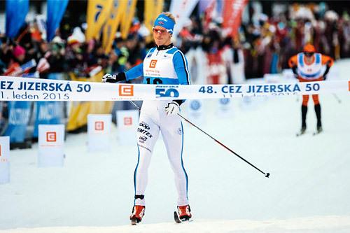 Morten Eide Pedersen krysser målstreken først av alle i Jizerska Padesatka 2015. Foto: Magnus Östh/Swix Ski Classics.