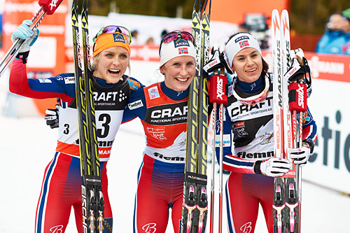 Fra venstre: Therese Johaug (2), Marit Bjørgen (1) og Heidi Weng (3) kapret de tre første plassene i Tour de Ski 2015. Foto: Felgenhauer/NordicFocus.