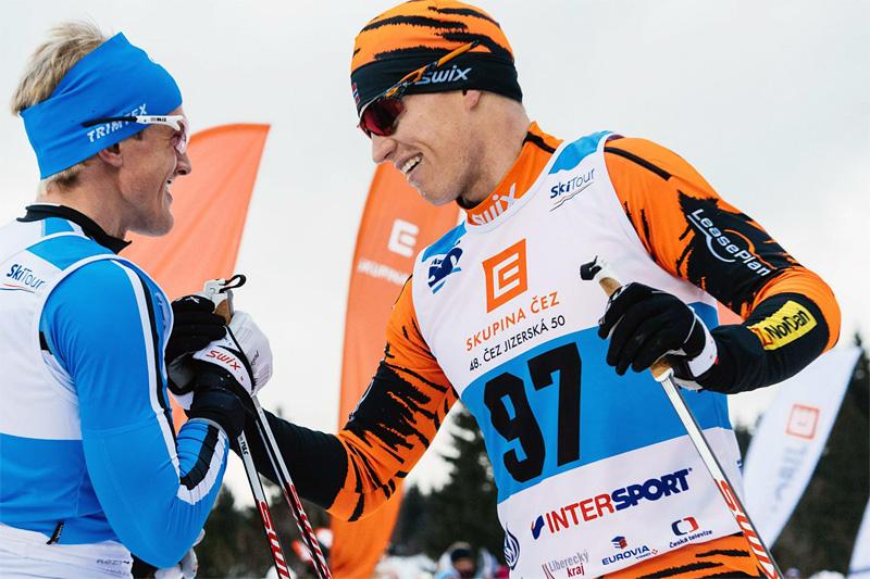 Petter Eliassen (t.h.) fra Team LeasePlan Go ble nummer 2 i fjorårets Jizerska. Her gratulerer han vinner Morten Eide Pedersen. Foto: Magnus Östh/Ski Classics.