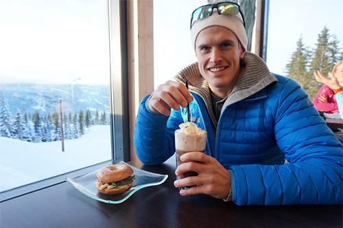 Morten Eide Pedersen koser seg med godbiter fra Skavlen Resturant på Mosetertoppen. Foto: Espen Harald Bjerke.