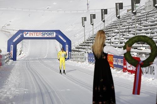 Kranskullan for Holmenkollmarsjen 2014 tar imot vinner Arne Post fra Team United Bakeries. Foto: Magnus Nyløkken/Skiforeningen.