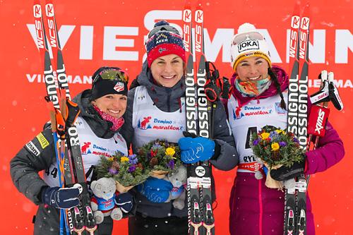 Seierspallen på damenes 10 km fri under verdenscupen i Rybinsk 2015 besto av (f.v.): Elizabeth Stephen (2), Astrid Uhrenholdt Jacobsen (1) og Stefanie Böhler. Foto: Laiho/NordicFocus.