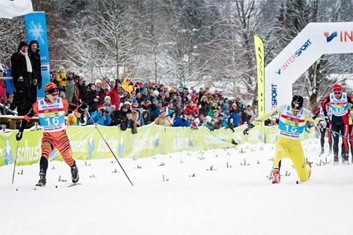 Petter Eliassen om lag en skisko foran Tore Bjørseth Berdal over målstreken i König Ludwig Lauf 2015. Foto: Magnus Östh/Swix Ski Classics.