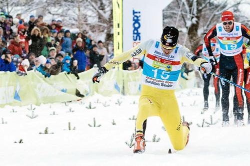 Tore Bjørseth Berdal strekker frem beinet så langt han greier, men til høyre for han sklir Petter Eliassen over målstreken noen cm foran. Dermed ble det 2.plass i König Ludwig Lauf 2015 - Berdals første pallplass i langløpscupen. Foto: Magnus Östh