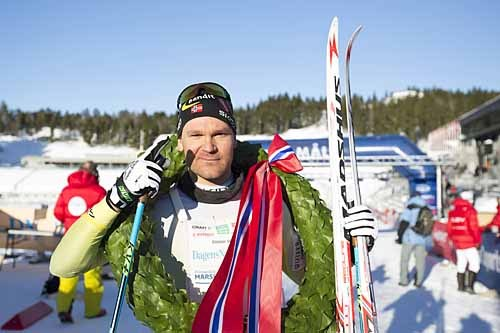 Øystein Pettersen vel i mål som vinner av Holmenkollmarsjen 2015. Her med både seierskrans og blanke ski. Foto: Magnus Nyløkken/Skiforeningen