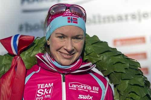 Solfrid Braathen med seierskransen etter målgang i Holmenkollmarsjen 2015. Foto: Magnus Nyløkken/Skiforeningen