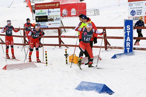 Fra Junior-NM 2014 på Mo i Rana, med Nes Ski sin Amalie Håkonsen Ous på vei ut fra start. Foto: Erik Borg.