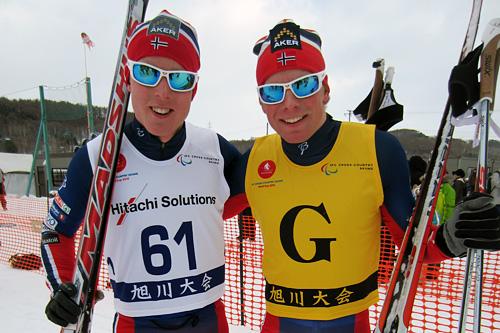 Eirik Bye (t.v.) sammen Ledsager Kristian Myhre Hellerud etter sin første verdenscupseier noensinne i japanske Asahikawa 2015. Foto: Hilde Gjelsvik.