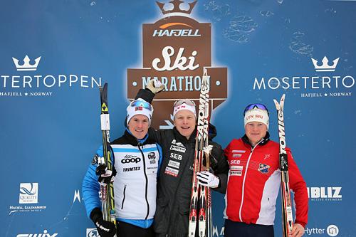 Seierspallen i Hafjell Ski Marathon 2015, med (f.v.) Morten Eide Pedersen (2), Anders Mølmen Høst (1) og Joar Thele (3). Foto: Geir Olsen/Hafjell Ski Marathon.