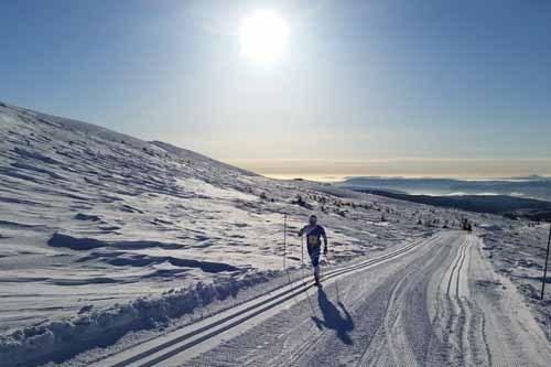 Vinneren av N3 - Norefjellrennet 2015, Per Kristian Nygård, på vei oppover med spikerfeste i solsteken. Foto: Gunbjørn Kjernås.
