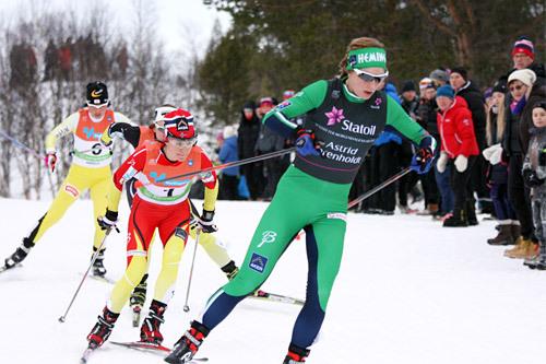 Astrid Uhrenholdt Jacobsen fører feltet på skøytedelen av skiathlonøvelsen under NM på Røros 2015. Foto: Geir Nilsen/Langrenn.com.