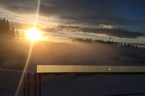 Morgensol og tåkedis over Holmenkollen søndag morgen under Ungdommens Holmenkollrenn 2015. Foto: Swix Sport.