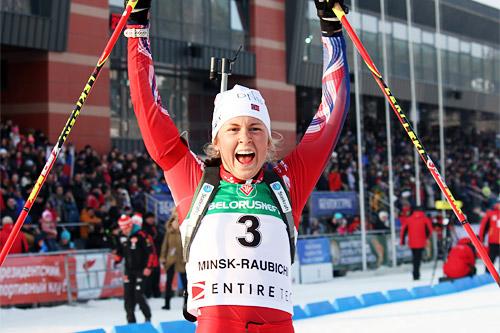 Ingrid Landmark Tandrevold jubler for gull på jaktstarten under Junior-VM i Minsk 2015 i klassen kvinner 19 år. Foto: Norge Skiskytterforbund.