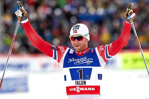 Petter Northug sklir jublende over målstreken etter at han og Finn Hågen Krogh smadret all motstand på lagsprinten i Falun-VM 2015. Foto: NordicFocus.