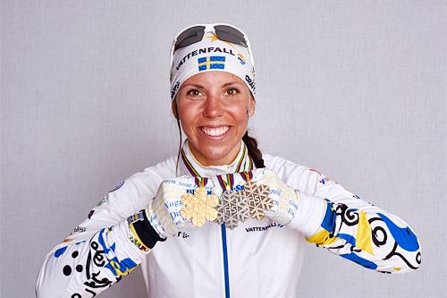 Charlotte Kalla med VM-bronse fra skiathlon, gull fra 10 km og stafettbronse under mesterskapet i Falun 2015. Foto: NordicFocus.