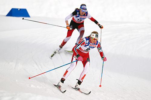 Martine Ek Hagen ute på 30 kilometer klassisk under VM i Falun 2015 med Teresa Stadlober i rygg. Martine ble til slutt nummer 12. Foto: NordicFocus.