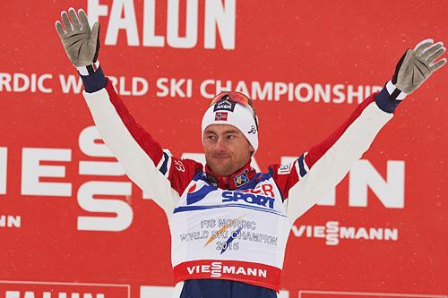Petter Northug jubler etter VM-gull på 50-kilometeren i Falun 2015. Foto: NordicFocus.