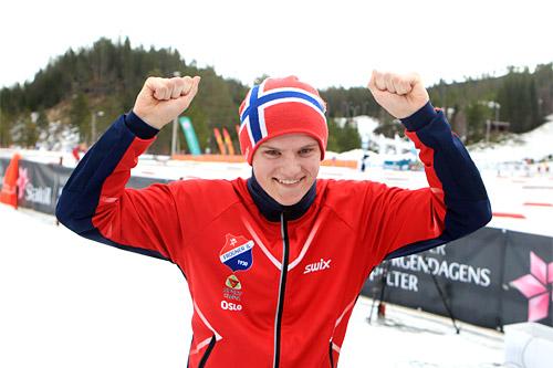 Herman Martens Meyer jubler etter sitt strålende gulløp på 10 km klassisk i 18-årsklassen under Junior-NM i Hommelvik 2015. Foto: Erik Borg.