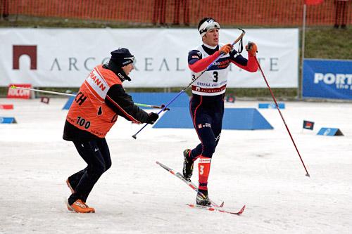 Cyril Miranda mottar hjelp fra en servicemann etter et stavuhell i verdenscupen. Foto: Felgenhauer/NordicFocus.
