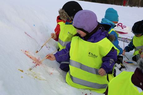 barnehagedagen klungsetmarka barn maler på snø_460x307.jpg