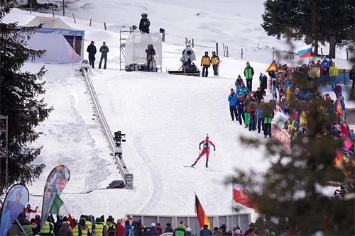 I ensom majestet fører Emil Hegle Svendsen Norge mot seier på stafetten under verdenscupen i Anterselva 2015. Foto: Manzoni/NordicFocus.