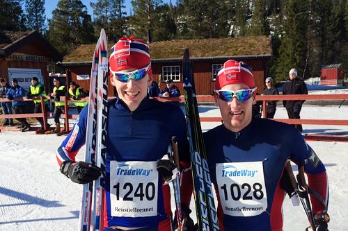 Vinner av Rensfjellrennet 2015, Øyvind Moen Fjeld, til høyre. Ved hans side nummer to, Eirik Mysen. Arrangørfoto.