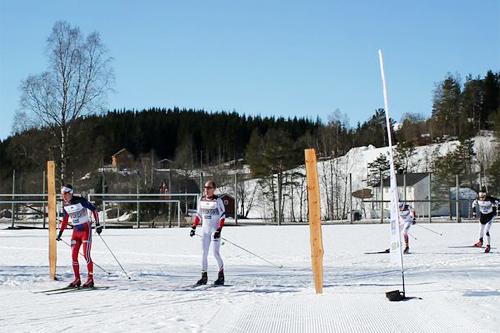 Eirik Lorentsen spurtslår Lars Hol Moholdt i Rindølrennet 2015. Foto: Trollheimsporten.no.