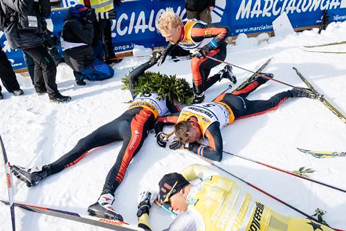 Kvartetten som kom først til mål i Marcialonga 2015, samtlige har vært en tur i kjelleren. Mannen med seierskransen er Tord Asle Gjerdalen, rundt ham ligger Anders Aukland, Øystein Pettersen og Jens Eriksson som er i knestående. Foto: Östh/NordicFocus.