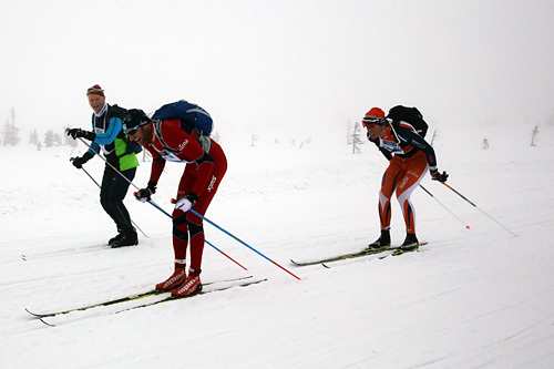 Team Fjøssystemers Runar Skaug Mathisen (t.h.) i rygg på Odd-Bjørn Hjelmeset fra Abax under StafettBirken 2015. Foto: Birken AS.