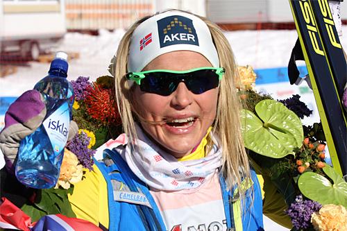 Therese Johaug jubler etter seier i Birkebeinerrennet 2015. Foto: Geir Nilsen/Langrenn.com.