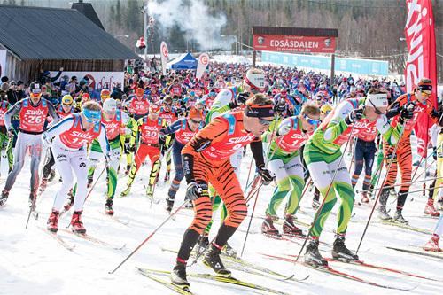 Elitegruppa ut fra start i Edsåsdalen under en tidligere utgave av Årefjällsloppet. Foto: Magnus Östh/Swix Ski Classics.