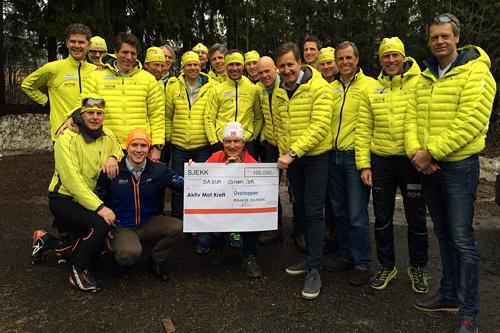Løperne i Overtoppen overrekker sjekken på 100.000 kroner fra Baker Hansen til Aktiv mot kreft. Foto: Privat.