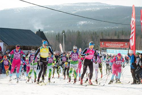 Damenes elitegruppe går ut fra start i Edsåsdalen under en tidligere utgave av Årefjällsloppet. Foto: Magnus Östh/Swix Ski Classics.