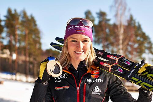 Denise Herrmann med bronsemedaljen hun tok i stafett for Tyskland under OL i Sotsji 2014. Foto: NordicFocus.