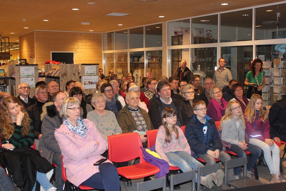 Publikum-mineralutstilling-åpning.jpg