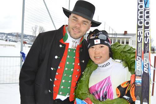 Kransgutt Morgan Aagård og vinneren av Flyktningerennet 2015, Masako Ishida. Foto: Flyktningerennet/Karl Audun Fagerli.