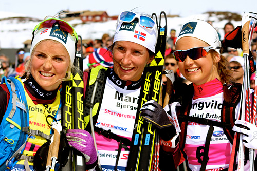 Therese Johaug (f.v.), Marit Bjørgen og Ingvild Flugstad Østberg i forbindelse med Skarverennet 2015. Johaug vant rennet, Bjørgen ble nummer 4 og Østberg nummer 3. De stiller alle også i 2016-utgaven. Foto: Skarverennet.