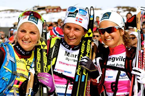 Therese Johaug (f.v.), Marit Bjørgen og Ingvild Flugstad Østberg i forbindelse med Skarverennet et tidligere år. Johaug vant da rennet, Bjørgen ble nummer 4 og Østberg nummer 3. Foto: Skarverennet.