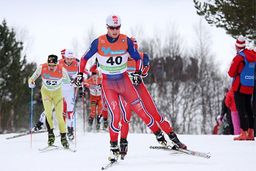 Petter Soleng Skinstad har kommandoen i feltet på skiathlon under NM på Røros 2015. Foto: Geir Nilsen/Langrenn.com.