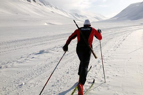 Terje Smevold fra Swix Racingservice på smøretest foran Svalbard Skimaraton 2015, med Mauser på ryggen. Foto: Swix.