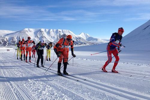Starten har gått i Svalbard Skimaraton 2015. Foto: Swix/Morten Sætha.