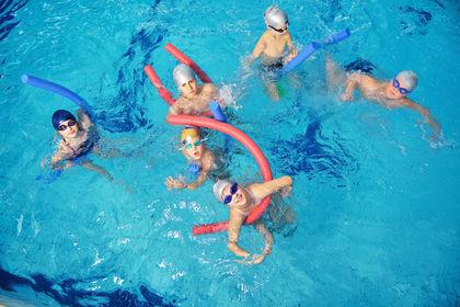 Gjeng med barn i basseng