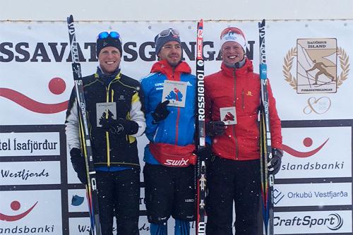 Seierspallen under det 25 km lange Fossavatn Free 2015. Fra venstre: Petter Soleng Skinstad (2. plass), Ilia Chernousov (1) og Mårten Soleng Skinstad (3). Foto: Privat.