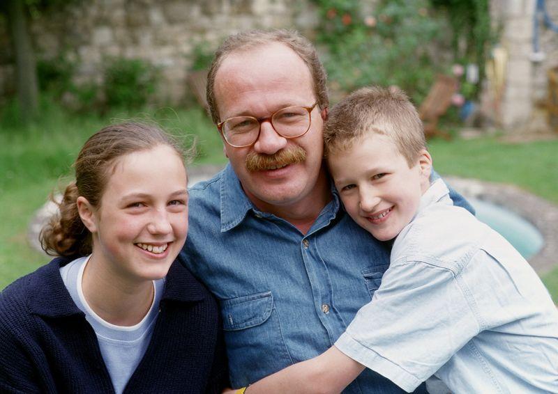 Engasjert far og to barn