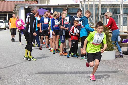 Løpere klare for start i Toftåsen Opp 2015. Arrangørfoto.