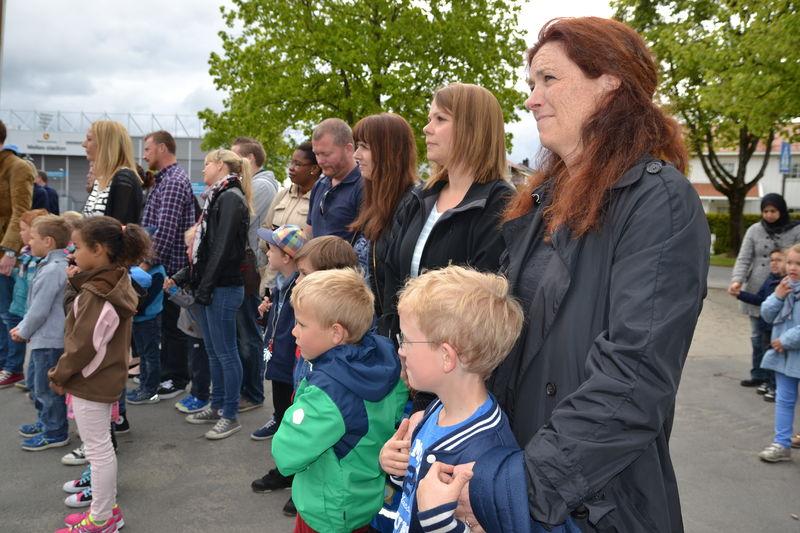 Spente foreldre og barn før skolebesøk Moss