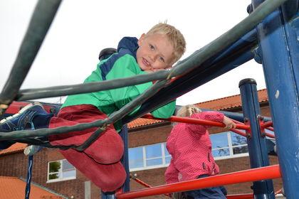 Isak (6) i lekestativ foran skole