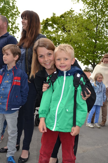 FUB-leder og sønn foran Melløs skole