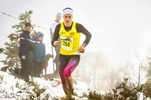 Heidi Weng på vei inn til NM-gull i motbakkeløp 2015 under Skuggenatten Opp. Foto: Treungen IL/Smeland Media.